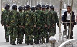 <p>Силы безопасности КНР патрулируют улицы города Ечэн в Синьцзян-Уйгурском автономном округе 5 апреля 2008 года. В результате беспорядков в Синьцзян-Уйгурском районе Китая, вспыхнувших в воскресенье на почве межэтнической розни, погибли 140 человек, сообщили местные СМИ со ссылкой на главу отделения компартии в городе Урумчи. REUTERS/Stringer</p>