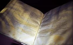 <p>Un'immagine del Codex Sinaiticus, la Bibbia più antica del mondo. REUTERS/Kieran Doherty</p>