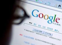 <p>Un ragazzo cinese naviga sul Web. REUTERS/Stringer</p>