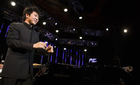 Chinese pianist Lang Lang acknowledges the crowd before his show with pianist Herbie Hancock during the 43rd Montreux Jazz Festival in Montreux July 5, 2009. REUTERS/Valentin Flauraud