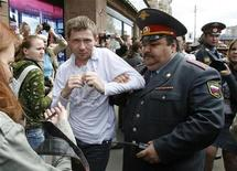 <p>Сотрудники милиции задерживают представителей секс-меньшинств на акции протеста в центре Москвы 1 июня 2008 года. Активисты российского гей-движения отменили демонстрацию у посольства США, приуроченную к визиту президента США Барака Обамы, из соображений безопасности. REUTERS/Thomas Peter</p>