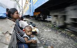 <p>Бездомная женщина с ребенком у железной дороги в Джакарте 25 июня 2009 года. Глобальная рецессия ввергла в крайнюю нищету до 90 миллионов человек, сообщила ООН в понедельник, предупредив, что сокращение международной помощи угрожает голодом и болезнями. REUTERS/Supri</p>