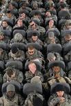 """<p>Солдаты армии США на борту самолета, вылетающего с авиабазы Манас под Бишкеком 6 февраля 2009 года. Отношение американцев к геям, служащим в войсках США, изменилось, и политика """"не спрашивай - не говори"""" должна быть пересмотрена, сказал в воскресенье бывший председатель объединенного комитета начальников штабов и бывший госсекретарь страны Колин Пауэлл. REUTERS/Adam Mancini/U.S. Army/Handout</p>"""
