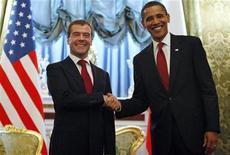 """<p>Президент РФ Дмитрий Медведев (слева) и президент США Барак Обама на встрече в Кремле 6 июля 2009 года. Президенты крупнейших ядерных держав России и США на встрече в Москве договорились продолжить работу над сокращением арсеналов, подписав меморандум о """"совместном понимании"""" проекта. REUTERS/Jim Young</p>"""