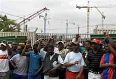<p>Foto de arquivo de grevistas do lado de fora do estádio Moses Mahbinda que está em construção para a Copa do Mundo de 2010 em Durban. 15/11/2007. REUTERS/Rogan Ward</p>