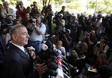 <p>Advogado John Branca concede entrevista coletiva em Los Angeles. Um juiz concedeu controle de bens do cantor Michael Jackson a executores - Branca e o exceutivo John McClain. REUTERS/Eric Thayer</p>