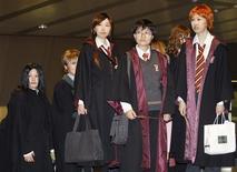 """<p>Asistentes al estreno de """"Harry Potter y el Misterio del Príncipe"""", esperan su entrada al cine en Tokio, 6 jul 2009. Miles de aficionados, algunos vestidos como magos con largas túnicas y gorros puntiagudos, hicieron fila en Tokio para ver el lunes la sexta entrega de la exitosa serie cinematográfica de """"Harry Potter"""", inaugurando la oleada de eventos en todo el mundo. REUTERS/Kim Kyung-Hoon</p>"""