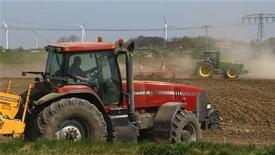 <p>Foto de archivo de unos granjeros a bordo de sus tractores cercas de Prenzlau, Alemania, 21 abr 2009. Un alemán ebrio llevó a la policía a realizar una persecución a baja velocidad, después de que el hombre se robara un tractor para llegar a su casa desde un club nocturno, informaron las autoridades. REUTERS/Fabrizio Bensch</p>
