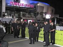 <p>Полицейские стоят у заградительных кордонов у спорткомплекса Staples Center в Лос-Анджелесе 7 июля 2009 года.Десятки тысяч поклонников Майкла Джексона соберутся сегодня в Лос- Анджелесе, чтобы проститься со своим кумиром, чья скоропостижная смерть в конце прошлого месяца повергла в шок весь мир. REUTERS/Fred Prouser</p>