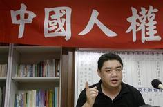 <p>Wu'er Kaixi, un uigur exiliado y ex líder estudiantil que huyó hacia taiwán tras el movimiento democrático de Tiananmen, habla en una conferencia de prensa en Taipei, 7 jul 2009. Los chinos se están acudiendo a internet para desahogarse después de que disturbios étnicos en la región musulmana de Xinjiang dejaran al menos 156 muertos, pero están jugando al gato y el ratón con los censores que parecen estar eliminando algunos comentarios y blogs. Muchos de los comentarios exigían el inmediato castigo a los implicados, haciéndose eco de las declaraciones aparecidas en los medios estatales oficiales, que acusan al activista exiliado uigur Rebiya Kadeer de organizar los incidentes registrados en Urumqi el domingo. Casi la mitad de los 20 millones de habitantes de Xinjiang son musulmanes uigures, pero llevan tiempo quejándose de que los chinos de etnia han obtienen la mayoría de los beneficios de las inversiones oficiales y subvenciones, mientras que los uigures, una etnia túrquica en su mayoría islámica que comparten vínculos lingüísticos y culturales con el centro de Asia, se sienten extranjeros en su propio país. REUTERS/Pichi Chuang</p>