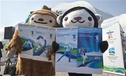 <p>The mascots for the 2010 Olympic Winter Games Quatchi (L) and Miga hold newly-unveiled games event tickets during a ceremony in Vancouver, British Columbia June 4, 2009. REUTERS/Andy Clark</p>