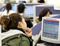 <p>Una giapponese consulta un database in un'agenzia per il lavoro a Tokyo. REUTERS/Yuriko Nakao</p>