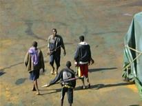 <p>Сомалийские пираты на борту захваченного ими китайского судна в Аденском заливе 17 декабря 2008 года. - Сомалийские пираты в среду захватили в Аденском заливе турецкое судно Horizon-1, сообщил представитель морской группы East African Seafarers' Assistance Programme Эндрю Мвангура. REUTERS/Handout</p>