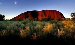 <p>Una immagine d'archivio del monolite di roccia Uuru, in Australia. REUTERS</p>