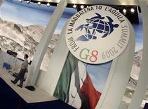 """<p>Эмблема саммита """"большой восьмерки"""" в зале для заседания лидеров государств в итальянском городе Л'Аквила 7 июля 2009 года. REUTERS/Tony Gentile</p>"""