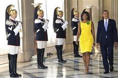 <p>El presidente de Estados Unidos, Barack Obama, y la primera dama Michelle Obama, a su llegada en el Palacio Quirinale en Roma, 8 jul 2009. ¿Barack Obama vestido como Steve McQueen? Los líderes del mundo que se reúnen en Italia para asistir a una cumbre esta semana podrán vestir chaquetas diseñadas por Belstaff, el fabricante de las estrellas de cine para los días de lluvia. Belstaff, que también equipa a estrellas como George Clooney y Brad Pitt, diseñó una campera negra de edición limitada para los delegados de la cumbre. REUTERS/Paolo Giandotti-Prensa Presidencia Italiana</p>