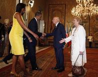 <p>Michelle Obama -- che nella foto sta stringendo la mano a Clio Napolitano, oggi a Roma -- è tra le first lady più attese in occasione del G8 dell'Aquila. REUTERS/Jason Reed</p>