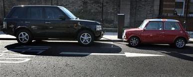 <p>Автомобили, припаркованные на одной из улиц Лондона 19 марта 2006 года. Жителям Лондона, добирающимся до работы на машине, не повезло, ведь именно в их городе самые высокие в мире цены на парковку, согласно мировому исследованию. REUTERS/Luke MacGregor</p>