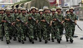 <p>Солдаты китайской армии на улицах города Урумчи 8 июля 2009 года. 156 человек погибли, более 1.000 получили ранения и более 1.400 были задержаны полицией в результате начавшихся в воскресенье столкновений между представителями народности хань и уйгурами, исповедующими ислам, в Урумчи - столице богатого природными ресурсами автономного района, граничащего со странами Средней Азии и Пакистаном REUTERS/David Gray</p>