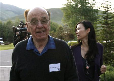 Rupert Murdoch, chairman and CEO of News Corporation, arrives with his wife Wendi at the Sun Valley Inn in Sun Valley, Idaho July 8, 2009. REUTERS/Rick Wilking