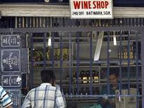 <p>Продавец алкоголя считает деньги в магазине в Шринагаре 15 мая 2008 года. Не менее 65 человек погибли в городе Ахмедабад на западе Индии от отравления подпольно изготовленным спиртным, сообщила полиция в четверг. REUTERS/Fayaz Kabli</p>