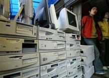 <p>Продавцы ждут покупателей в магазине, торгующем персональными компьютерами, в Шанхае 23 марта 2004 года. Попытка компании Google Inc посоревноваться с операционной системой Windows от Microsoft Corp может опустить цены на персональные компьютеры, и это на фоне того, что они уже были сжаты появлением недорогих нетбуков. REUTERS/Claro Cortes IV</p>