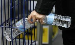 <p>A woman picks up bottled water at a store in central Sydney July 9, 2009. REUTERS/Daniel Munoz</p>