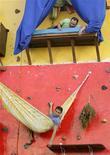 """<p>Artistas-alpinistas Tiago Primo e Gabriel primo descansam numa """"casa"""" montada num muro no centro do Rio de Janeiro 09/07/2009 REUTERS/Bruno Domingos</p>"""