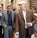 <p>Los actores George Clooney (izquierda en la imagen) y Bill Murray revisan una zona afectada por un terremoto en L'Aquila, Italia, 9 jul 2009. El actor George Clooney visitó el jueves la ciudad italiana de L'Aquila, que fue devastada por un terremoto, y dijo que en septiembre rodará una película allí para ayudar a impulsar la economía de la región. REUTERS/Daniele La Monaca</p>