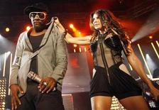 <p>will.i.am (L) and Fergie of the Black Eyed Peas perform during the Montreux Jazz Festival July 6, 2009. REUTERS/Denis Balibouse</p>