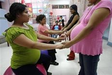 <p>Future mothers attend a workshop in Lima's maternity hospital, May 10, 2007. Peruvians will celebrate Mother's Day on Sunday, May 13. REUTERS/Enrique Castro-Mendivil</p>