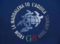 """<p>Эмблема саммита """"большой восьмерки"""" на стене пресс-ентра в итальянской Л'Аквиле 7 июля 2009 года. Лидеры """"Большой восьмерки"""" пообещали выделить $20 миллиардов в виде сельскохозяйственной помощи, чтобы помочь бедным нациям прокормить себя, превзойдя ожидания финального дня саммита, который принес мало успеха в вопросах климатических изменений и торговли. REUTERS/Handout</p>"""