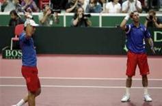 <p>A dupla tcheca Tomas Berdych e Radek Stepanek comemora vantagem de 2 x 1 sobre a Argentina em disputa pelas quarta-de-final da Copa Davis. REUTERS/Petr Josek</p>