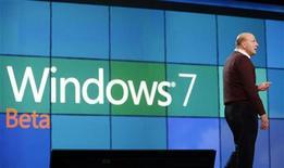 <p>Глава Microsoft Corp Стив Балмер на презентации операционной системы Windows 7 на Consumer Electronics Show (CES) в Лас-Вегасе 7 января 2009 года. Большинство глав компаний, опрошенных в преддверии выпуска Windows 7 от Microsoft Corp, не планируют переход на новую операционную систему, частично ради экономии средств, частично из-за опасений по поводу ее совместимости с существующими программами. REUTERS/Rick Wilking</p>