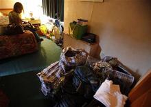<p>Берзарботная медсестра Тария Сигрейвз-Куи сидлит на кровати в номере мотеля в Кэмбридже 8 июля 2009 года. Многим американцам приходится менять свои дома на мотели, так как число бездомных становится все выше, и все больше несчастных вынуждены толпиться в приютах и искать новые виды жилья по всей стране. REUTERS/Brian Snyder</p>