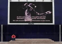 <p>Foto de archivo de un admirador de Michael Jackson tras dejar un tributo en la Arena O2 de Londres, 26 jun 2009. Cientos de admiradores de Michael Jackson se reunieron el lunes afuera de la Arena O2 de Londres, a fin de presentar sus respetos al fallecido artista en el día en que debía comenzar una serie de 50 conciertos en el recinto. REUTERS/Nigel Roddis</p>
