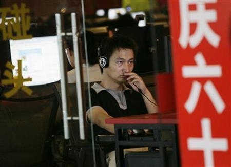 A man uses a computer at an internet cafe in Beijing July 1, 2009. REUTERS/Jason Lee