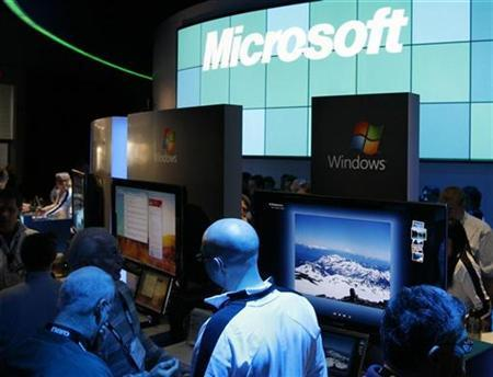 Showgoers check the offerings at the Microsoft booth at the annual Consumer Electronics Show (CES) in Las Vegas, Nevada January 9, 2009. REUTERS/Rick Wilking