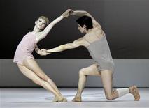 <p>Sarah Lamb y Federico Bonelli del Royal Ballet de Londres ensayan en el Gran Teatro de La Habana en La Habana, 14 jul 2009. REUTERS/Enrique De La Osa</p>