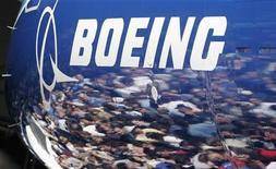 <p>Зрители отражаются в фюзеляже лайнера Boeing 787 Dreamliner на презентации самолета в Эверетте 8 июля 2007 года. REUTERS/Robert Sorbo</p>