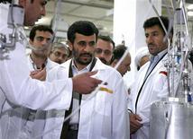 <p>Президент Ирана Махмуд Ахмадинежад (в центре) на предприятии по обогащению урана в Натанце 8 апреляИран способен создать и испытать атомную бомбу уже через шесть месяцев, полагает немецкая служба внешней разведки BND, что намного быстрее, чем ожидает большинство аналитиков. REUTERS/Presidential official website/Handout</p>