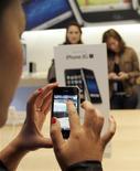 <p>Usuária testa iPhone 3GS em loja da Apple em San Francisco. À medida que o iPhone se torna um aparelho popular para jogos, grandes produtoras de videogames estão ampliando a competição com empresas menores que encontraram sucesso inicial no celular da Apple.</p>