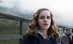 """<p>Foto sin fechar de la actriz Emma Watson en su rol de Hermione Granger en""""Harry Potter y el Misterio del Príncipe"""". El niño mago británico Harry Potter conjuró sus hechizos nuevamente en las boleterías, cuando el sexto filme de la popular serie cinematográfica obtuvo un récord de 22,2 millones de dólares el miércoles en sus presentaciones de medianoche en Estados Unidos. REUTERS/© 2009 Warner Bros. Ent. Harry Potter Publishing Rights © J.K.R./Handout</p>"""