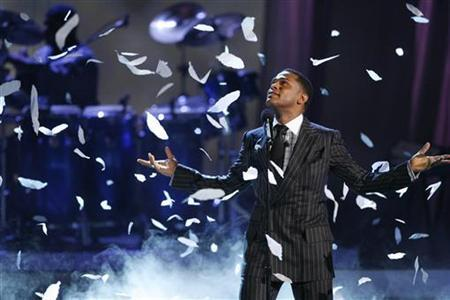Singer Maxwell performs ''Pretty Wings'' at the BET Awards '09 in Los Angeles June 28, 2009. REUTERS/Mario Anzuoni