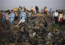 """<p>Спасатели разбирают обломки на месте крушения самолета """"Ту-154"""" иранской авиакомпании Caspian Airways на северо-западе Ирана 15 июля 2009 года. Два бортовых самописца самолета авиакомпании Caspian Airways, разбившегося накануне в Иране, были обнаружены поисковыми службами страны, сообщил в четверг иранский телеканал Press TV. REUTERS/Morteza Nikoubazl</p>"""