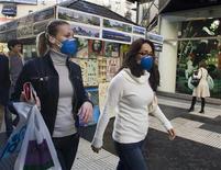 <p>Женщины в защитных масках на улице в Буэнос-Айресе 7 июля 2009 года. Еще трое россиян заразились вирусом гриппа A/H1N1, побывав на отдыхе за рубежом, сообщила Рейтер представитель Роспотребнадзора Любовь Воропаева. REUTERS/Enrique Marcarian</p>