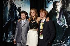 """<p>Foto de archivo. De izquierda a derecha: Daniel Radcliffe, Emma Watson y Rupert Grint durante el estreno de """"Harry Potter y el Misterio del Príncipe"""" en Nueva York, 9 jul 2009. La nueva película """"Harry Potter y el Misterio del Príncipe"""" recaudó 104 millones de dólares en las boleterías de todo el mundo en su primer día de estreno, estableciendo un récord, dijo el jueves el estudio Warner Bros. REUTERS/Jamie Fine</p>"""