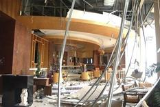 <p>Вид на поврежденное взрывом помещение ресторнаа в гостинице Ritz-Carlton в Джакарте 17 июля 2009 года. Число погибших в индонезийской столице Джакарте в пятницу достигло одиннадцати человек - после взрывов в фешенебельных гостиницах JW Marriott и Ritz-Carlton в центре взрыв произошел на платном шоссе на севере города, сообщила телекомпания Metro. REUTERS/State Secretariat/Cahyo Bruri Sasmito/Handout</p>