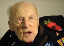 <p>Immagine d'archivio di Henry Allingham, l'uomo più vecchio del mondo morto in Inghilterra a 113 anni e 42 giorni. REUTERS/Toby Melville (BRITAIN)</p>
