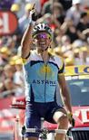 <p>Il corridore dell'Astana Alberto Contador, primo a conclusione della 15esima tappa del Tour, a Verbier. REUTERS/Eric Gaillard</p>